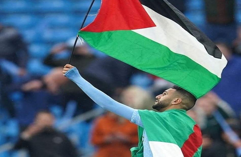 """""""رياض محرز"""" يرفع علم فلسطين بعد تتويج مانشيستر سيتي بلقب الدوري الإنجليزي"""