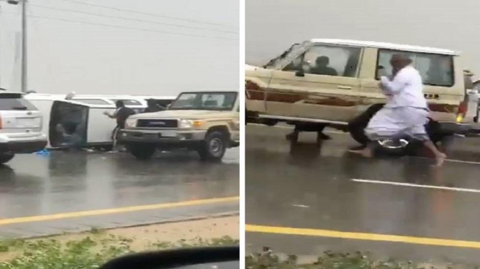 """الشرطة السعودية توضح ملابسات انقلاب """"شاحنة قات"""" أثناء ملاحقتها وسرقة الحزم المتناثرة على الطريق"""