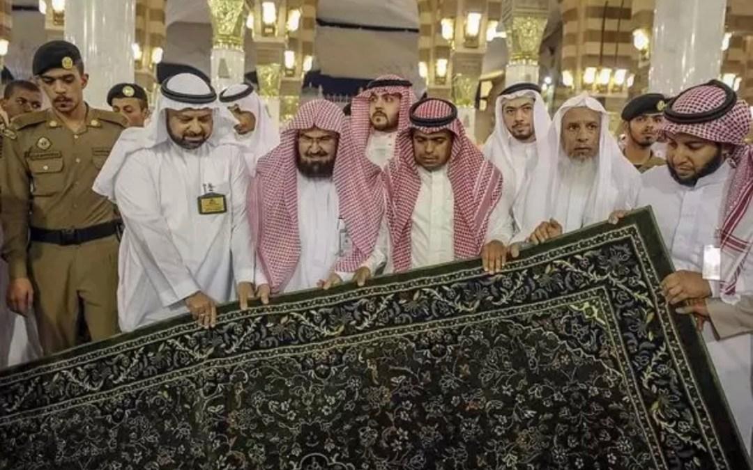 يتضمن شريحة إلكترونية.. شؤون المسجد النبوي تجدّد سجاد الحرم