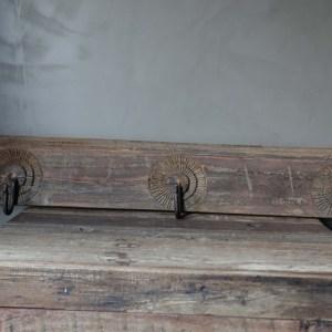 Shabbys-Stoer in wonen-Doorleefde, houten kapstok, flower snijwerk met 3 ijzeren haken