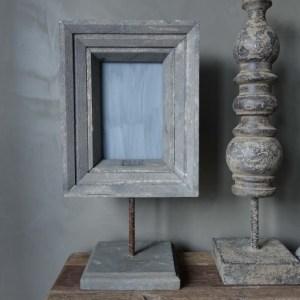Shabbys-Stoer in wonen-Stoer vergrijsde fotolijst oud hout op statief van PMR