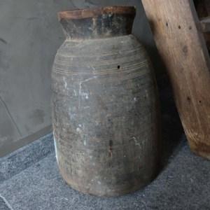 Shabbys-Stoer in wonen-Stoere verouderde kegelvormige/ ronde Nepalese pot/kruik, hoogte 47 cm ( XXL)