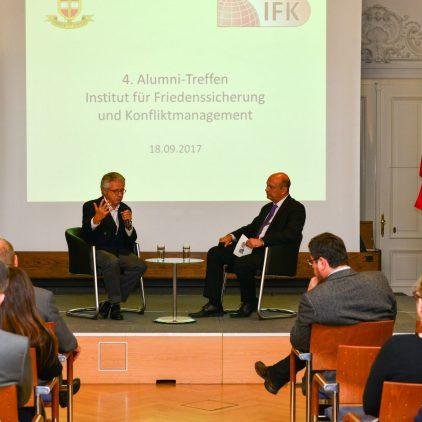 Botschafter a.D. Wolfgang Petritsch beim 4. IFK-Alumnitreffen im Gescpräch mit Werner Pack. Bild: Medienreferat/LVAk.