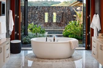 Stunning Outdoor Shower and Bath Spaces That Take You To Urban Paradise Part 30