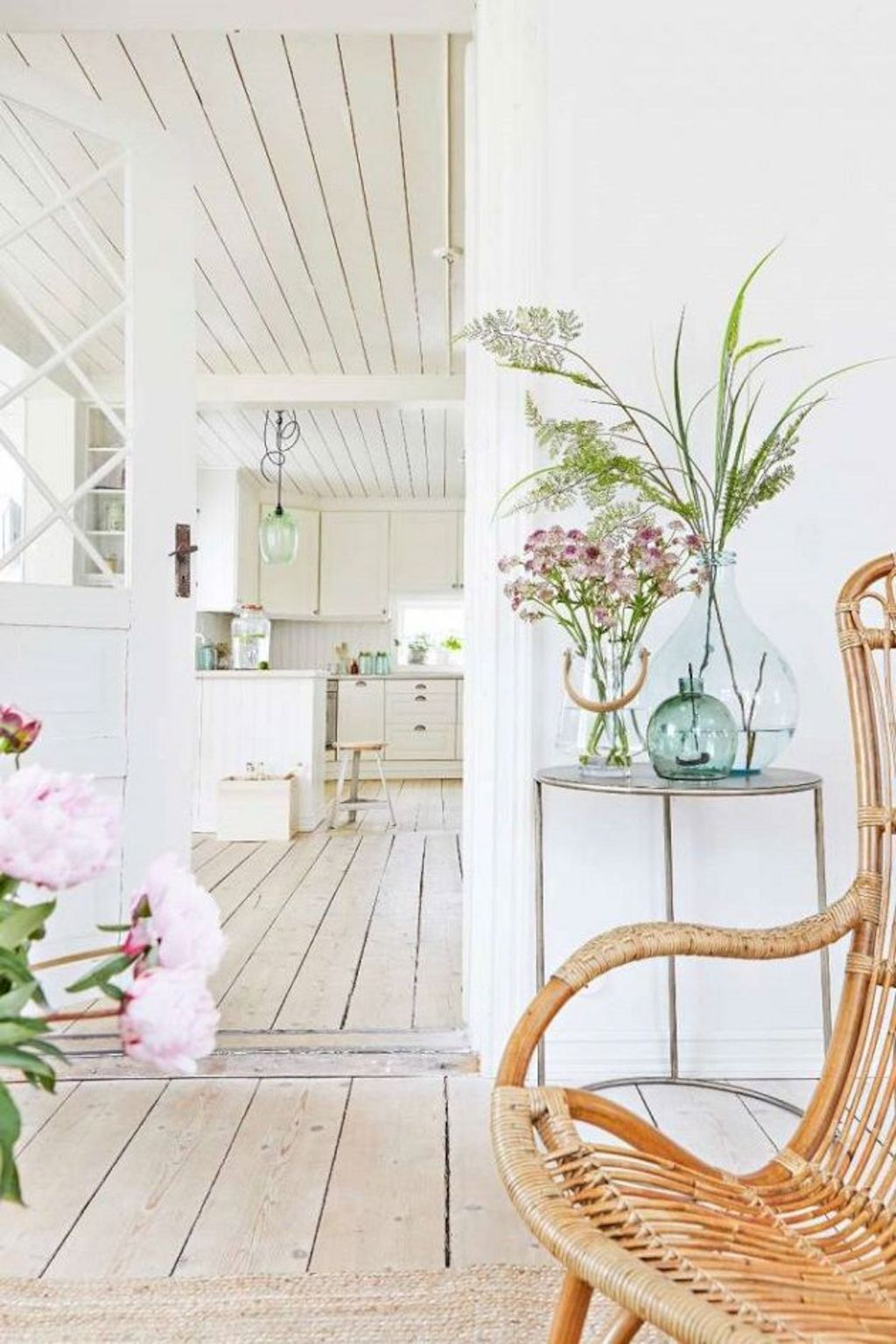Coastal chic decoration with nautical accessories showing a fresh look in cool beach house styles Image 11