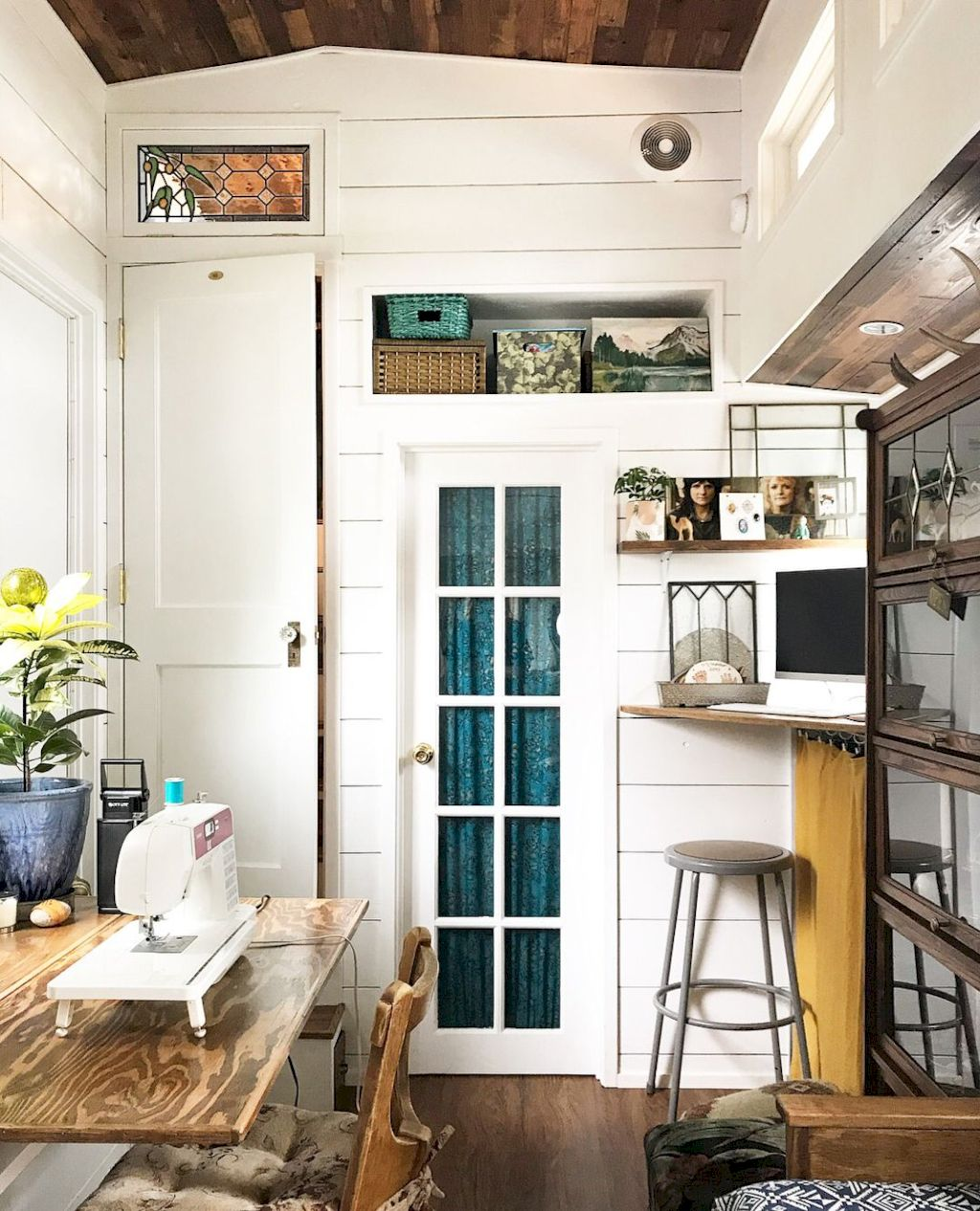 Coastal chic decoration with nautical accessories showing a fresh look in cool beach house styles Image 18
