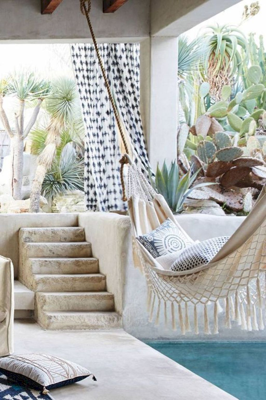 Coastal chic decoration with nautical accessories showing a fresh look in cool beach house styles Image 21