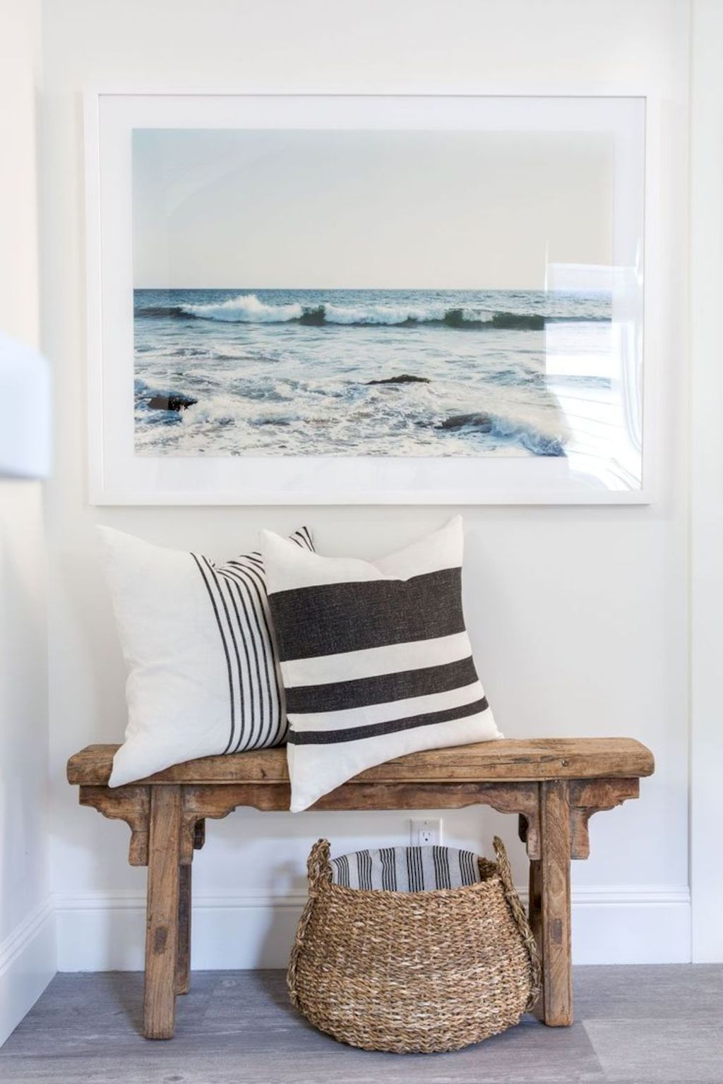 Coastal chic decoration with nautical accessories showing a fresh look in cool beach house styles Image 27