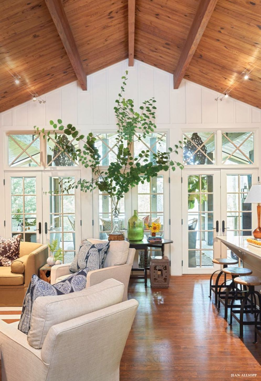 Classic home style with cathedral ceiling which looks gorgeous and grand along with classy interior taste Image 13