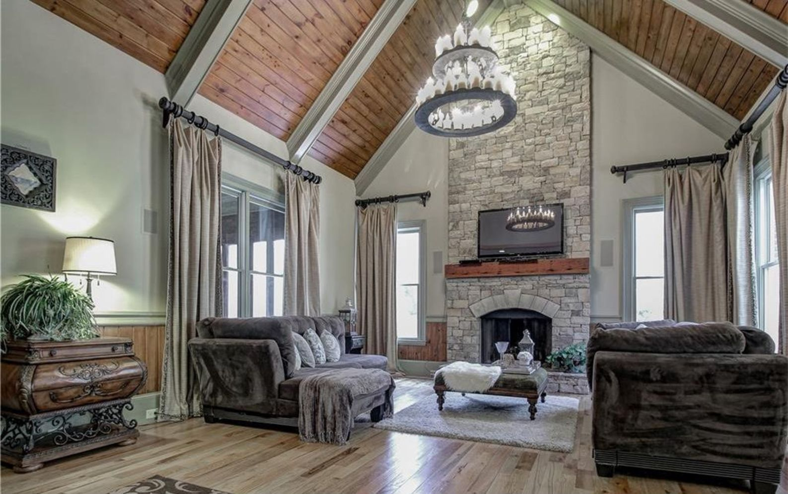 Classic home style with cathedral ceiling which looks gorgeous and grand along with classy interior taste Image 19