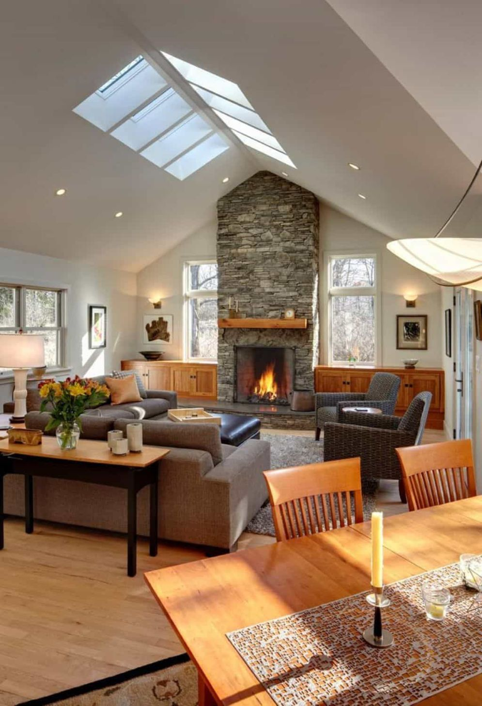 Classic home style with cathedral ceiling which looks gorgeous and grand along with classy interior taste Image 21