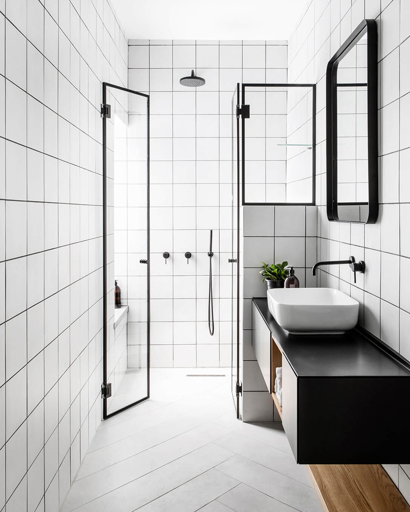 petite salle de bain noir et blanc