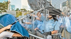 有警員在推撞下狀甚痛苦。香港文匯報 梁祖彝 攝