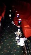 لماذا نرى هذه الاوساخ في السينما بعد انتهاء كل فلم ؟