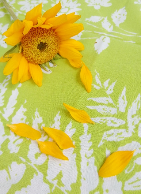 #sunflower and #vintagelinens From Distracted on Shalavee.com