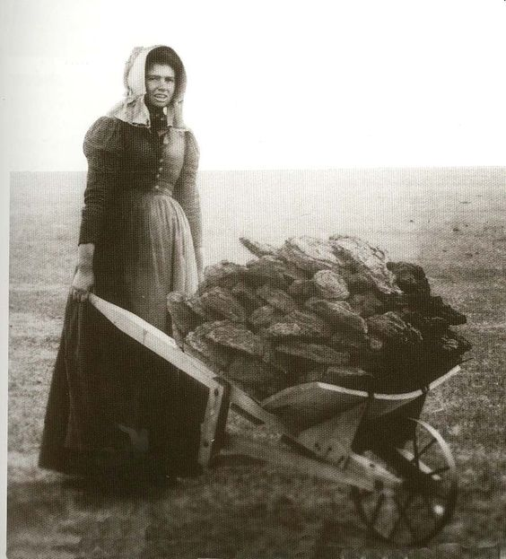 pioneer-woman-with-wheelbarrow on Shalavee.com