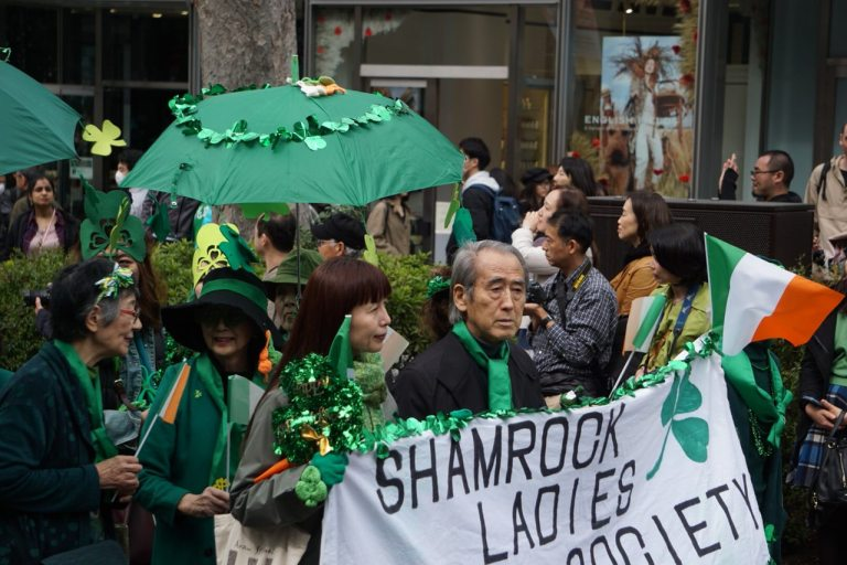 Shamrock ladies society сопровождает старичок.