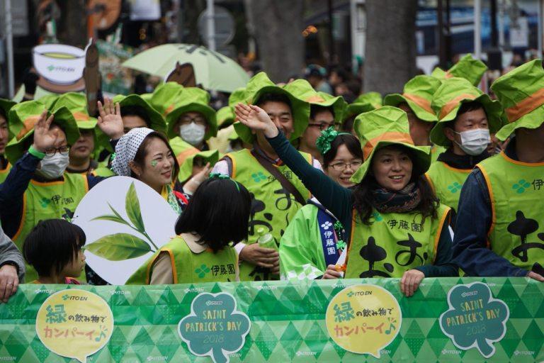 Например, зелёный к зеленому: это ребятки от зеленого чая. Участвуют не первый раз и очень рады этому. Они кричали «джапаниз ти!» и отлично проводили время, наряженные в бутылки чая.