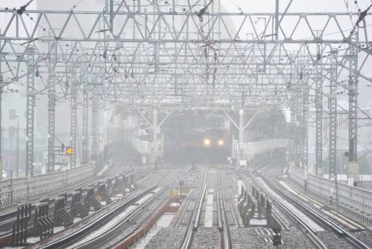 Соседняя станция на расстоянии одного короткого, 440 метров, моста скрывается в мокром тумане. Хищные светящиеся глаза железного червя жадно ощупывают дождевое пространство в поисках подходящей жертвы