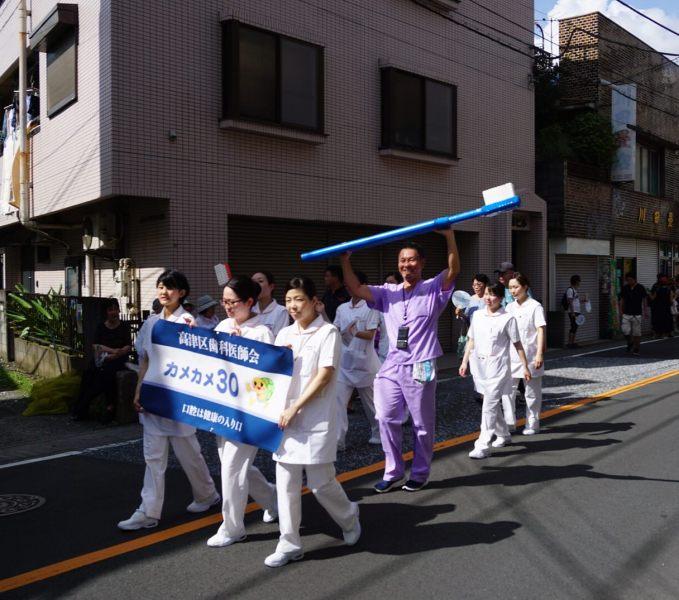 Ассоциация стоматологов Такацу пришла со своими зубными щетками, например.