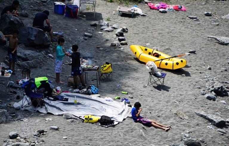 Тама оказалась здесь удивительно чистой, а на берегах обнаружились люди с палатками, складными стульчиками, мангалами и резиновыми лодками.