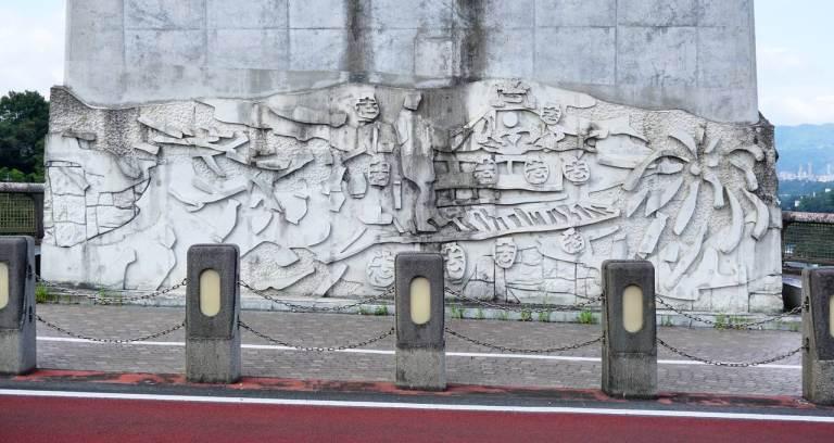 У смотровой на мосту есть барельефы, изображающие некие сюжеты. Потребовалось некоторое время для медитации на эту стену, чтобы разобрать — здесь про фестиваль.(Горизонт не завален, это мост!)