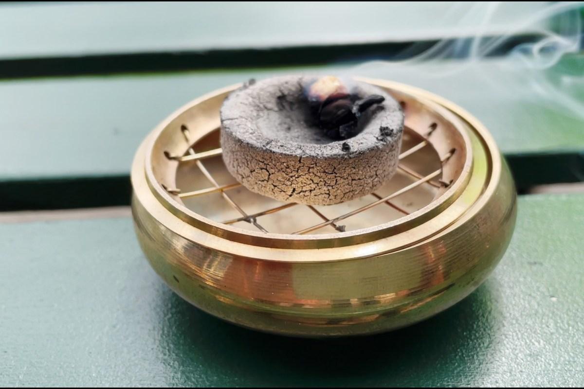 Sådan bruger du en røgelsesbrænder