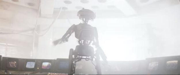 star wars solo trailer droid in front of monitor screens