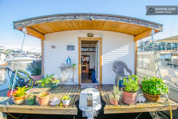 barge-tiny-house-airbnb-vacation-rental-01-600x400