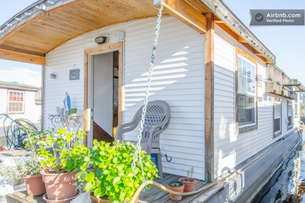 barge-tiny-house-airbnb-vacation-rental-014-600x400