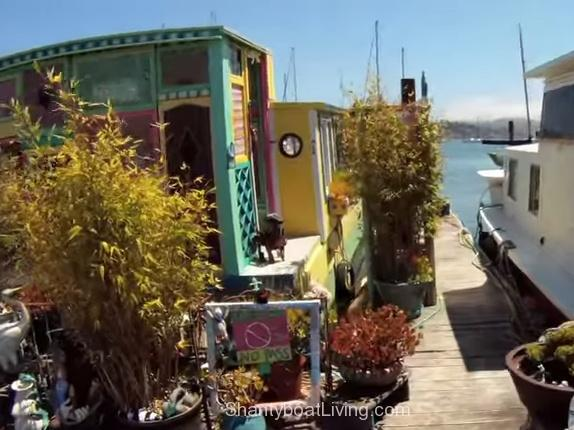 Choosing freedom of tiny home-boat over Hollywood life - YouTube.clipular