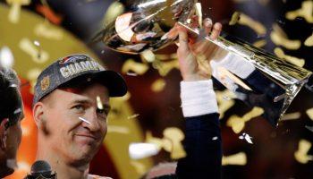 Peyton Manning mostrando el trofeo del Super Bowl en medio del confeti (© AP Images)