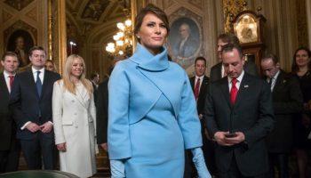 Melania Trump rodeada de gente (© AP Images)