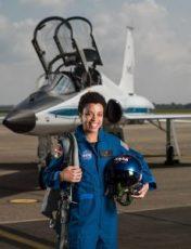 Jessica Watkins en traje de vuelo delante de un avión (NASA)