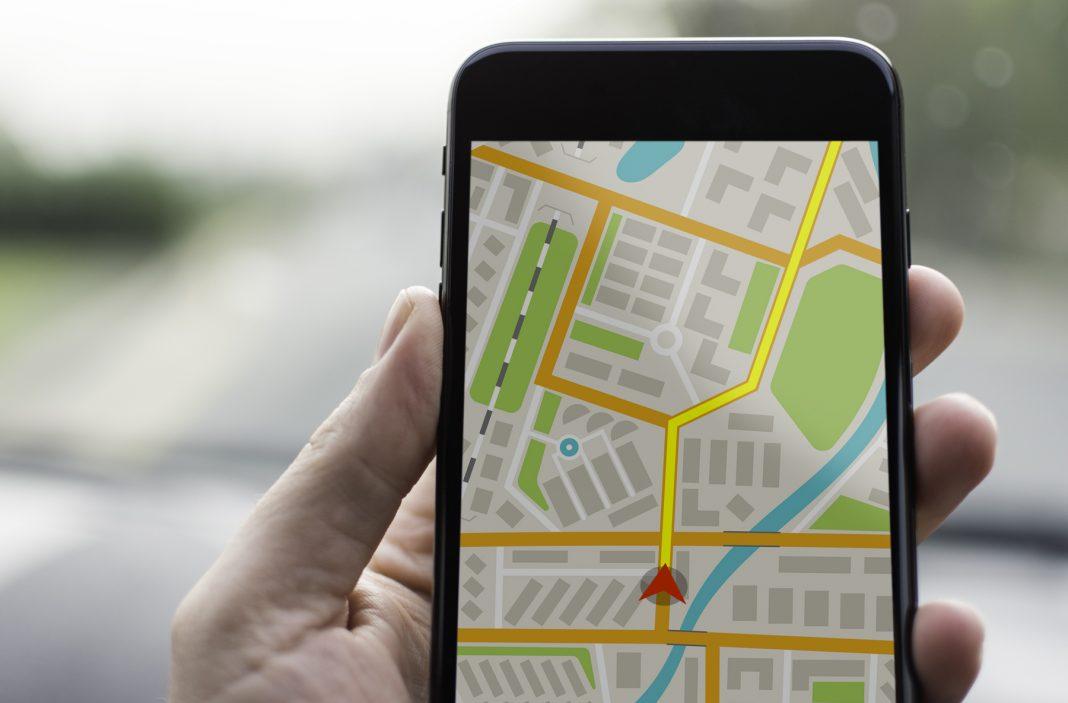 Teléfono móvil en una mano con un mapa (Shutterstock)