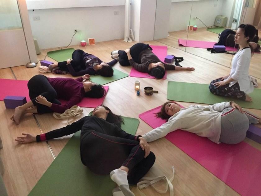 瑜伽課會讓大家圍成一個圓圈,讓學生自己選擇位置,沒有先後之分