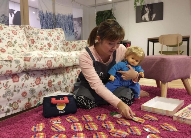 繪本、色卡都是小布教寶寶手語的道具