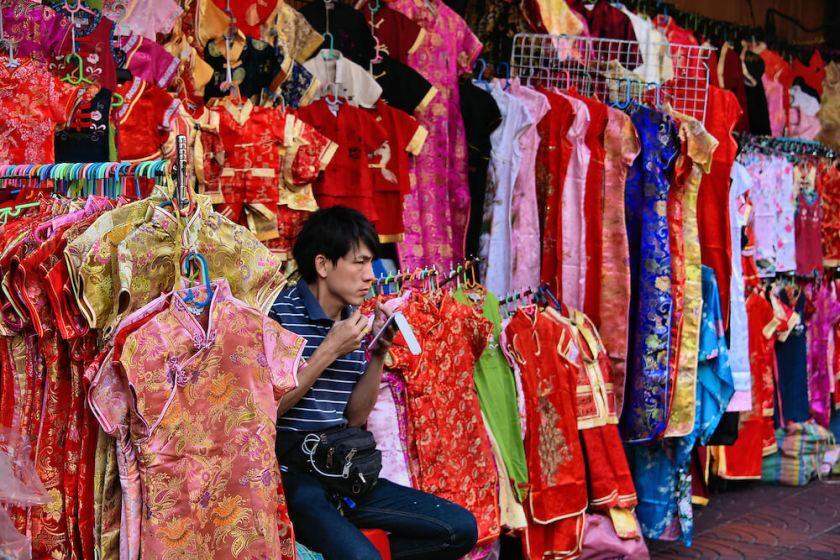Thailand-Bangkok-Chinatown-Racks-Womens-Silk-Clothes (1)