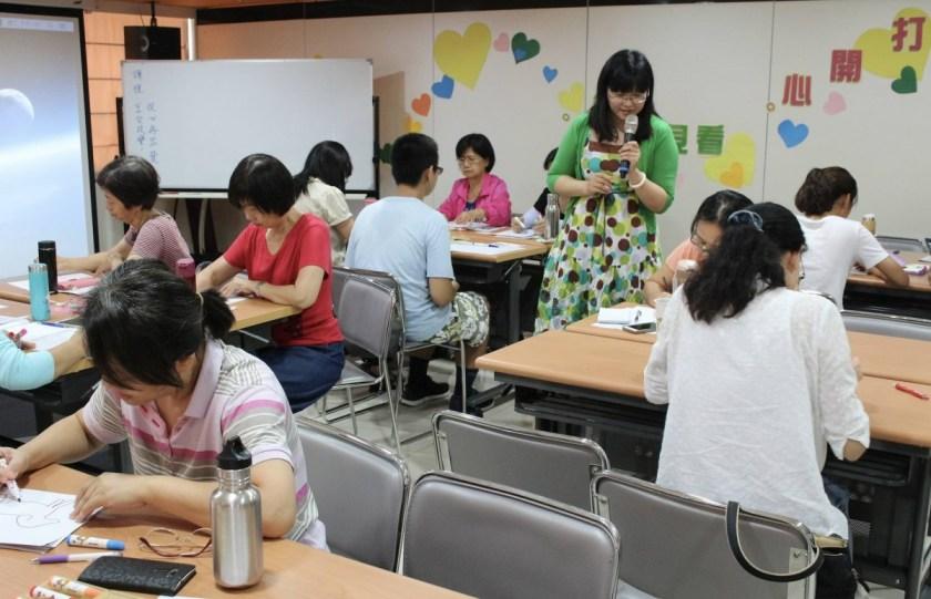 藉由課程教學鼓勵學員享受美好情緒,成為自己生命中的編劇。