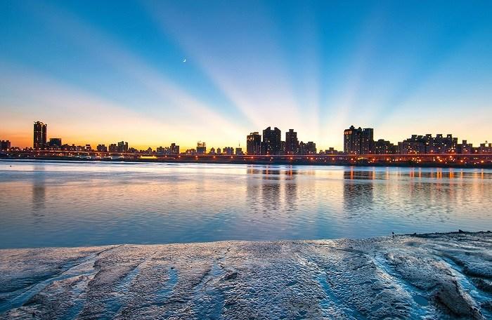 大稻埕碼頭不僅是每年七夕前後施放璀璨煙花的地方,近期更因為河畔貨櫃市集成為熱門打卡景點。