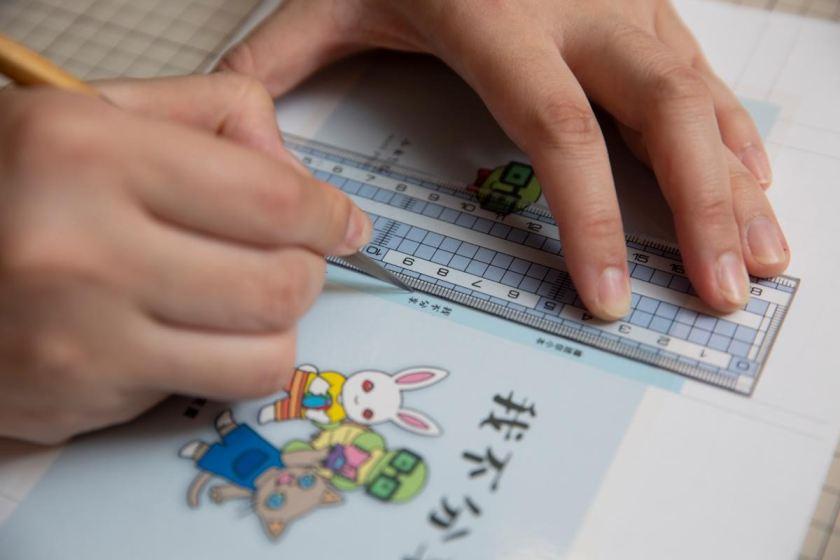 太小的範圍難以直接摺出摺痕,這時便需要工具輔助。