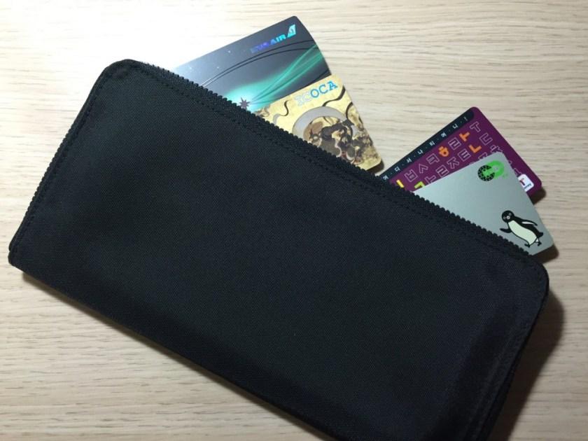 出國時如果有一個專用錢包就太好了,因為會有外幣、當地的交通卡,或事先購買好的門票、車票等票券,這些東西最好收納在一個專用的皮夾內,和自己原本的錢包有所區隔。