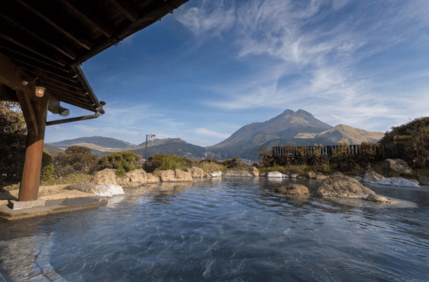 由布院溫泉位於日本九州大分縣,這裡是相當人氣的日本溫泉旅遊勝地,從福岡博多前往大約需要兩小時車程,這裡的溫泉湧出量是日本第二,週圍環山擁抱,在泡湯時還能滿足視覺享受。