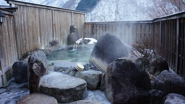 這裡可以邊泡湯邊遠眺到北阿爾卑斯山峰,有種心曠神怡的舒暢。
