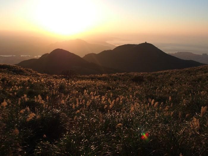大屯山是個大眾化的登山路線,不但簡單易爬,更重要的是登山過程中沿路還伴隨著美景,看著金黃的太陽被層層雲彩圍繞。