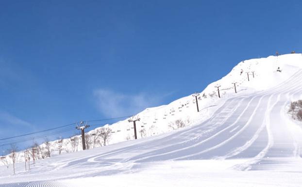 白馬八方尾根滑雪場曾經舉辦過 1998 年長野奧運會的高山滑雪比賽,在這裡可遠眺北阿爾卑斯山群,相當壯觀。