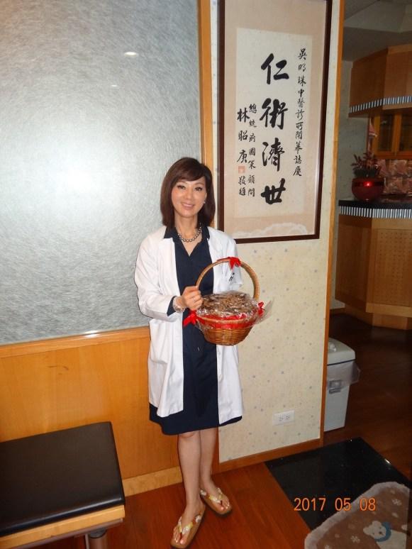 收到該患者贈送的滿月油飯,吳明珠的心情也十分喜悅。