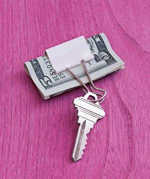 Clipe de papel com um chaveiro e prendedor de dinheiro