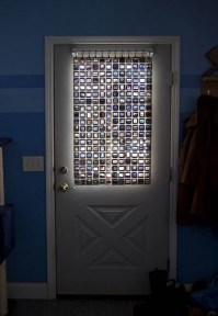 Porta de vidro com negativos de fotos antigas