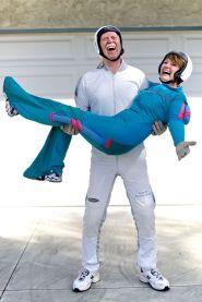 No dia que Pat Moorhead fez 80 anos ele comemorou realizando 80 saltos de paraquedas um atrás do outro, sem parar. Com 82 anos, ele passa a maior parte do seu tempo viajando ao redor do mundo com sua esposa. Eles já visitaram mais de 180 países.